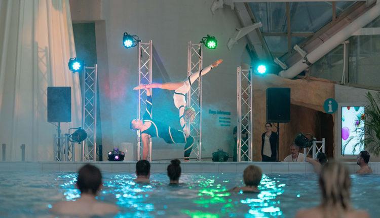 Presentació d'acrobàcies a Caldea pel seu aniversari