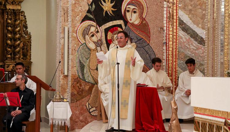 Mossèn Chisvert durant una missa