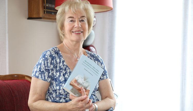 Aurora Casadevall amb el seu llibre