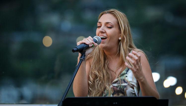 Marta Mas en concert a The Rooftop Van