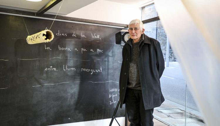 Alfons Valdès al costat del seu poema haiku