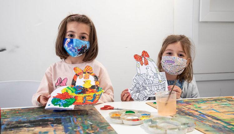 Nenes al taller de pasqua del Museu Carmen Thyssen